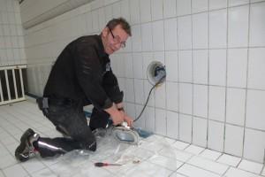 Haustechniker Harald Lemcke kümmert sich um die Unterwasserbeleuchtung.