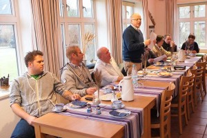 Stehend: Norddorfs Bürgermeister Peter Kossmann