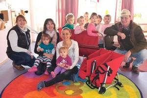 Kindergärtnerinnen freuen sich über die tolle rollende Spende, ganz rechts Jäger Hero Blome