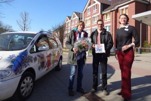 Uwe Koeller und Thomas Tringel (Regionalgruppe Amrum) mit Saskia Louwers (Klinikleitung)