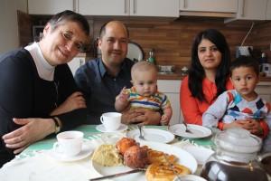 Kaffeetafel: Gabi Paulsen am Tisch mit Ramin und Maryam Habib und den Kindern Tayed und Youssuf.
