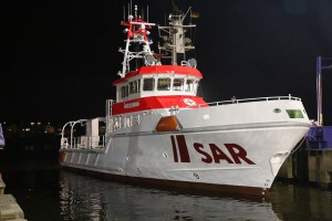 Der neue 28 Meter lange Seenotrettungskreuzer der DGzRS schwimmt in seinem Element. Die Schiffbauer der Fr. Fassmer-Werft in Berne-Motzen haben das Typschiff einer völlig neuen Klasse am Dienstag, 14. April 2015, über ein großes Hebewerk in die Weser abgesenkt.