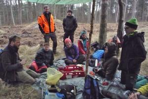 Frühstückspause unterm Tarp: Projektleiter Sebastian Hiekisch (in Orange) mit seiner Gruppe