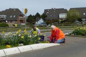 Schon fast ein gewohntes Bild...  Georgine Schwab und Freya Paulsen sorgen für schöne Beete