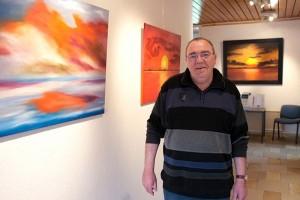 Künstler Alfred Fichter vor seinen Werken