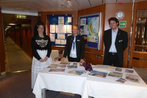 Hatten an ihrem Infostand viele  Gespräche mit den Passagieren... Steffi Wollny in Tracht und Mitarbeiter der Amrum Touristik