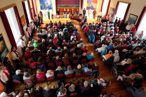 Eingangs sang der Chor um das Publikum herum