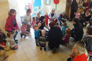 Gemeinsames Singen und Tanzen beim Familientag im Kindergarten