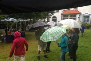 Anfangs kamen die Besucher noch mit Regenschirmen