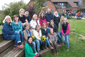 Team, Vorstand, mittig mit Blumenstrauss: links Brigitte Jerosch und rechts Susanne Jensen