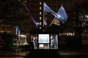 Kalle Wruck und Philipp Ricklefs, Gründer des Kunstverein Amrum, waren natürlich bei der Eröffnung in Berlin, wo die Flaggen eindrucksvoll im Lichtschein der Nacht wehten