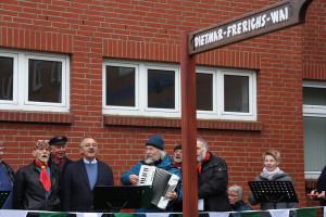 Sein Straßenschild fest im Blick. Der scheidende Chefarzt Dr. Dietmar Frerichs