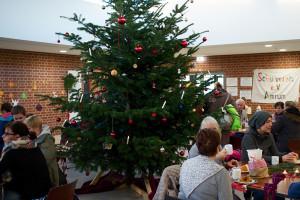 Der große Tannenbaum in der Aula