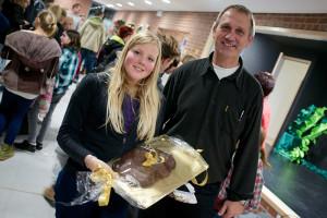 Pia Borrs gewinnt bei der Tombola den Riesen Cookie