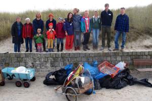 Einige Teilnehmer und ein Teil des gesammelten Mülls