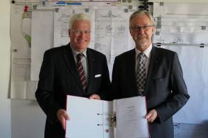 W.D.R.-Geschäftsführer Axel Meynköhn (links) mit Neptun-Werft Geschäftsführer Manfred Müller-Fahrenholz bei der Vertragsunterzeichnung in Rostock (Foto: Neptun Werft).