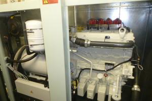 Ein LKW Motor treibt den Generator an.