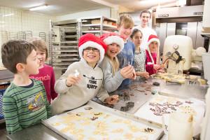Weihnachtsbäckerei des Reitverein Amrum in der Bäckerei Schult unter Aufsicht von Bäckermeister Tewe Schult