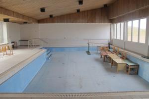 Die zur Zeit ungenutzte Einschwimmhalle des ehemaligen Norddorfer Schwimmbads, in der das Pottwalskelett im Rahmen einer neuen naturkundlichen und kulturhistorischen Ausstellung gezeigt werden könnte.