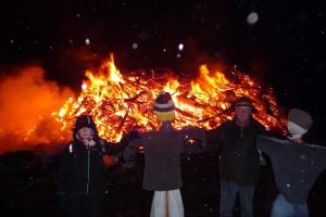 Die Piader-Puppen vor den Flammen