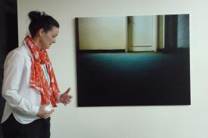 Im Original gerade: Empty Rooms-Titelfoto von André Lützen. Links Museumssprecherin Dr. Christiane Morsbach