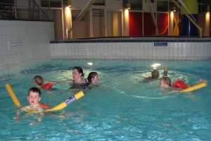 Mit Schwimmgürtel, Schwimmnudel oder auch ohne, Hilfe ist immer in Reichweite...