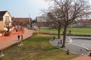 Rahmen jetzt die Wiese ein: 16 Bronzeskulpturen mitten in Norddorf