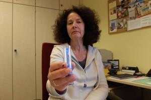 Sabine Grochla mit einem Proberöhrchen