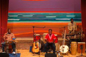 Adjiri Odametey mit seiner Band