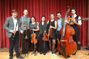v.l. - Jakob Lakner (Klarinette), Luka Stankovic (Posaune), Nele Schaumburg (Violine), Kayako Bruckmann (Violine), Juliane Färber (Violine), Ulrich Zeller (Kontrabass) und Nicolas Kücken (Gitarre).