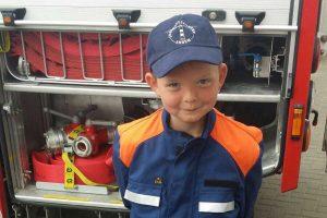 Lernt bei Vattern eifrig mit: Klein-Feuerwehrmann Moje