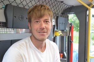 Im neuen Feuerwehrfahrzeug der Norddorfer. Es wird alles inspiziert...