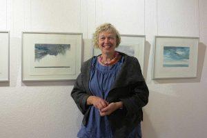 Anna Susanne Jahn vor ihren Kunstwerken