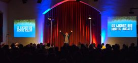 """Ausverkauft! – Comedian Bernhard Hoëcker gastierte mit seinem Programm """"So liegen Sie richtig falsch"""" auf Amrum!"""