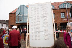 Die Mahntafel von der letzten Demo auf dem Rathausplatz, jetzt ist sie um einige Namen erweitert worden...