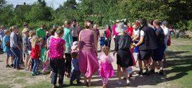 """""""Vom Himmel das Blau"""" auf dem Sommerfest des Kindergartens  – die Büten Jongen luden ein…"""