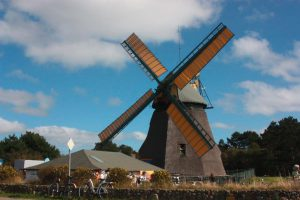 Die Nebler Windmühle  bei strahlend blauem Himmel...