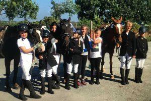 Fotos vom Reitverein Amrum: einige der Teilnehmerinnen mit ihren Pferden