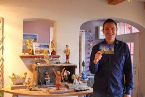 Matthias Menk inmitten seiner Schönheiten mit Mühlen-Postkarte