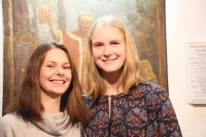 Der Schülerpreis für Lina Hinrichsen und Malena Ohlsen (von links)