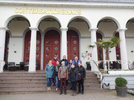 Gruppenbild vor dem Conversationshaus