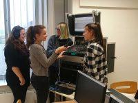 """Ein Teil des Amrumer Schüler-Radio """"Strandgut"""" bei der Arbeit"""