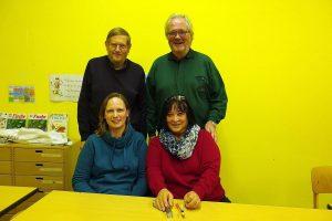 Der Vorstand der Volkshochschule Amrum e.V. (von links nach rechts)  stehend: Joachim Libner, Matthias Theis / sitzend: Viola Mau, Gaby Theis