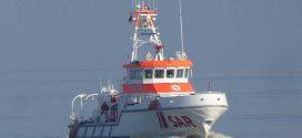 Perfekte Zusammenarbeit auf See: Seenotretter, Fischer und Hubschrauberbesatzung im Einsatz für erkrankten Fischer