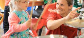 Der Musikzug Neumünster begeistert Kinder und Mütter in der AOK Nordseeklinik