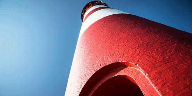 Er strahlt wieder in rot-weiß, der Amrumer Leuchtturm …